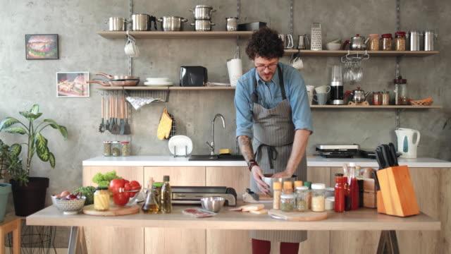 positive atmosphere at home kitchen - приготовление еды стоковые видео и кадры b-roll