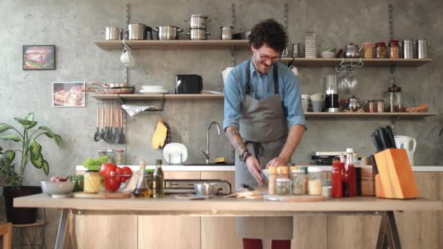 olumlu havanın ev mutfak at - chef stok videoları ve detay görüntü çekimi