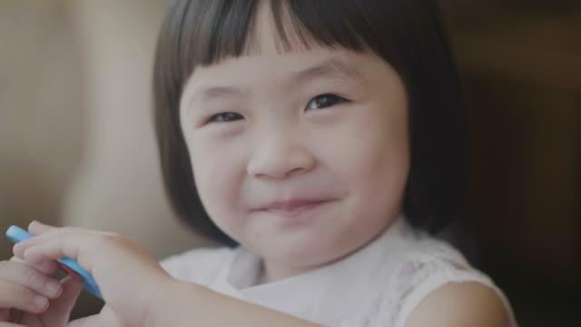アジアの女の子の肯定的な感情の肖像画 - child点の映像素材/bロール