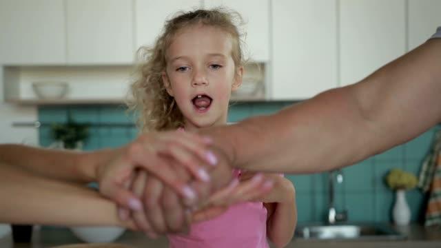 famiglia positiva che fa pila di mani a casa - mano donna dita unite video stock e b–roll