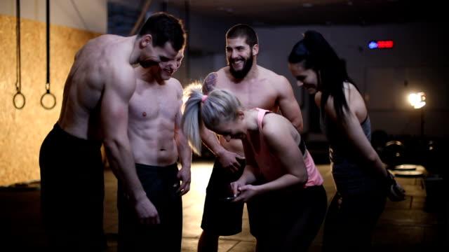 positiva gruppen människor i gymmet - gym skratt bildbanksvideor och videomaterial från bakom kulisserna