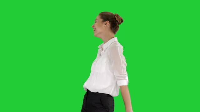 vídeos de stock, filmes e b-roll de garota de emocional feliz emoções humanas positivas, rindo do fundo do seu coração em uma tela verde, chroma key - camiseta preta