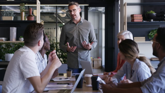 vídeos de stock e filmes b-roll de positive input creates positive outcomes - envolvimento dos funcionários