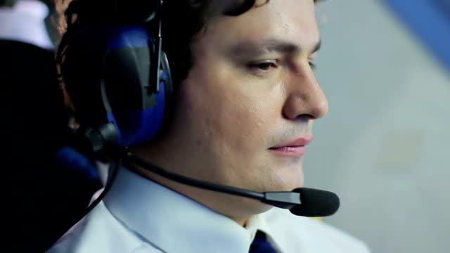 positiv pilot njuter av vacker utsikt från cockpit medan du navigerar flygplan - pilot bildbanksvideor och videomaterial från bakom kulisserna