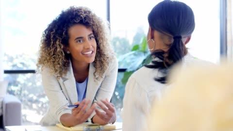 pozitif terapist kadın müşteri teşvik eder. - dişiler stok videoları ve detay görüntü çekimi