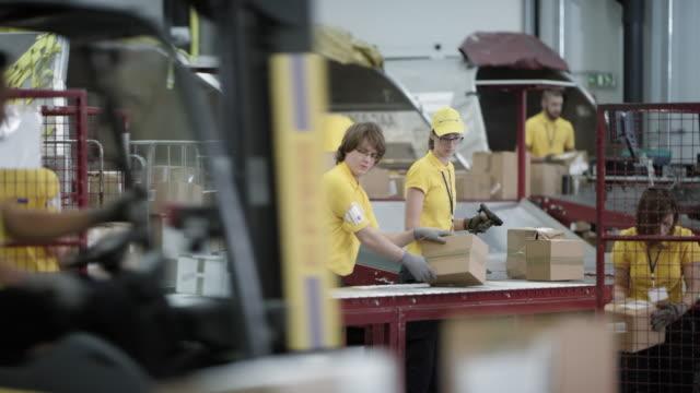 time-lapse postal arbetstagare upptagen lossning flygplan frakt containers - posttjänsteman bildbanksvideor och videomaterial från bakom kulisserna
