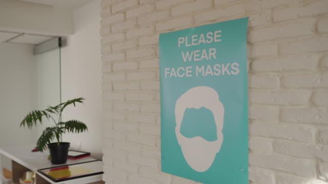 vídeos de stock, filmes e b-roll de pôster sobre prevenção e segurança de doenças covid-19 em escritório moderno - poster