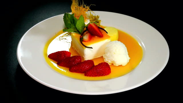 vídeos de stock, filmes e b-roll de pastel postre multifruta de la pasión - fruit salad