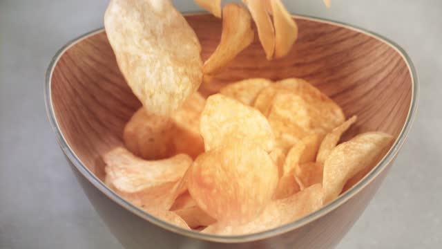vídeos y material grabado en eventos de stock de patatas fritas cayendo en el tazón (cámara súper lenta) - cuenco