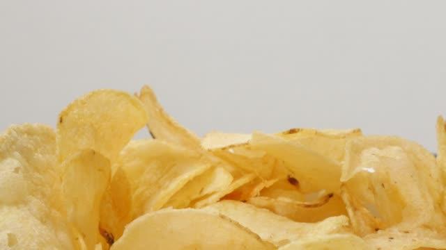 stockvideo's en b-roll-footage met chips gesneden en gebakken in een kom populaire voorgerecht 4k - ongezond leven