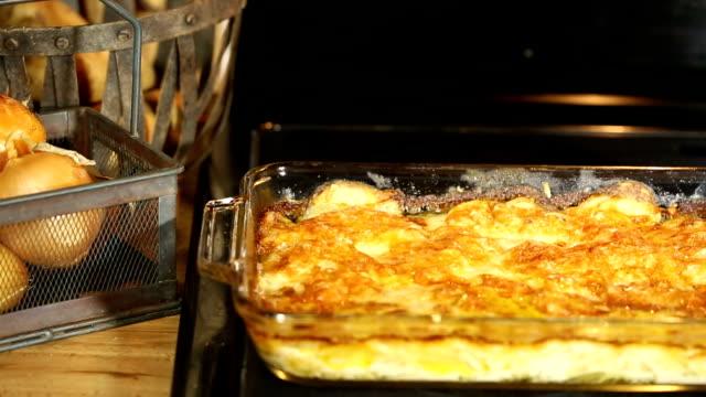 scalloped картофель - приготовленный картофель стоковые видео и кадры b-roll
