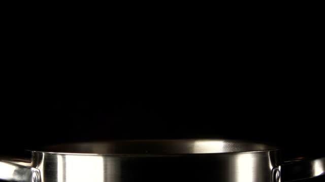 patate autunno in padella in acciaio su uno sfondo nero - chef triste video stock e b–roll
