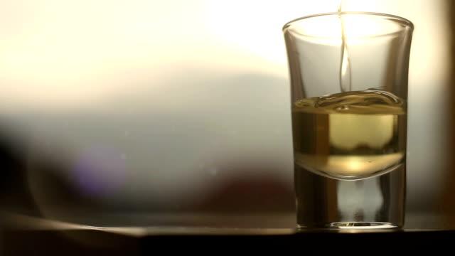 energetici bevanda alcolica viene versato in vetro - rum superalcolico video stock e b–roll