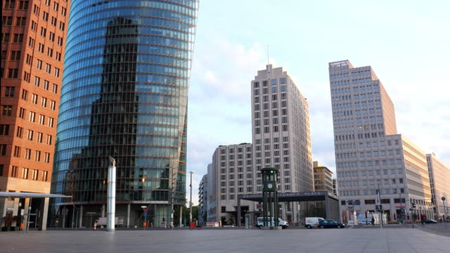 vídeos de stock e filmes b-roll de potsdamer platz, berlin - berlin wall