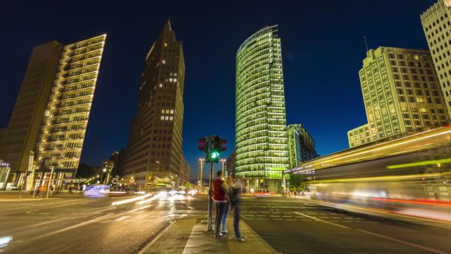 potsdamer platz berlin'de, zaman atlamalı - trafik zaman atlatma stok videoları ve detay görüntü çekimi