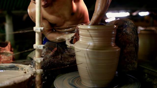 potter på jobbet. potter att göra keramiska potten på keramik hjulet - wheel black background bildbanksvideor och videomaterial från bakom kulisserna