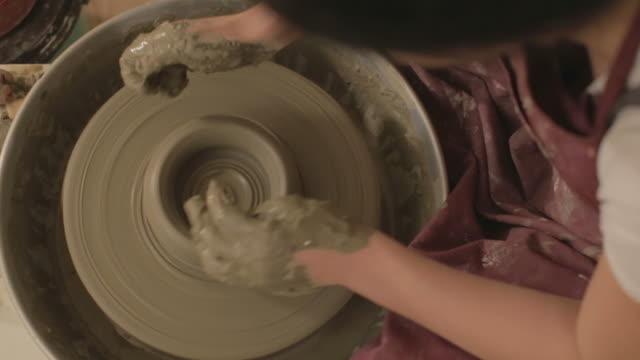 陶器畫家用粘土做形狀 - 手工藝 個影片檔及 b 捲影像
