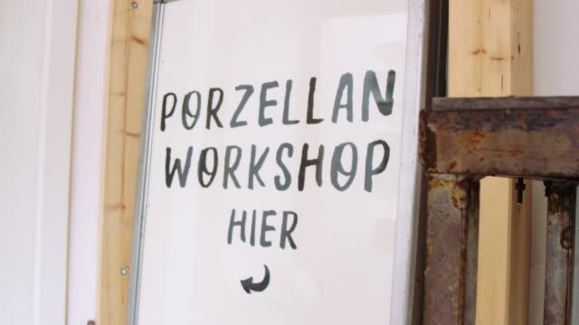 vidéos et rushes de panneau de signe de fabrication de poterie d'atelier - vaisselle picto