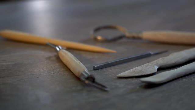 Keramik-Werkzeuge liegen auf dem Tisch, in der Werkstatt – Video