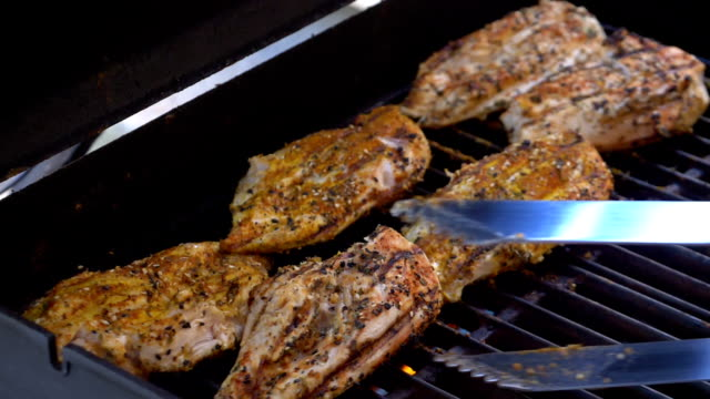 vídeos de stock e filmes b-roll de poultry on the grill in slow motion 180fps - assado no forno