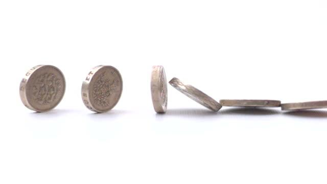 tasto monete cadere rallentatore - simbolo della sterlina video stock e b–roll