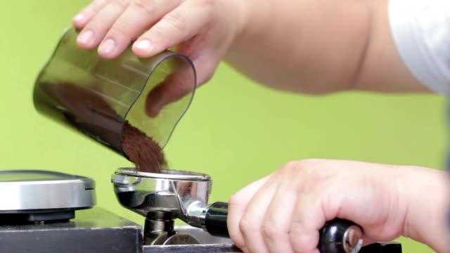 versare caffè macinato - argento metallo caffettiera video stock e b–roll