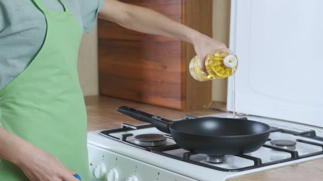 pour oil in the fry pan - русского происхождения стоковые видео и кадры b-roll