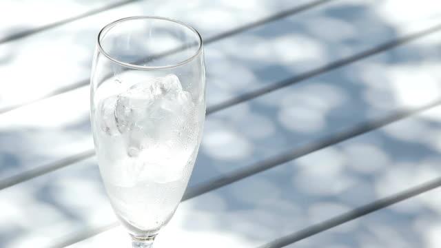 vídeos de stock e filmes b-roll de despeje café gelado - café gelado