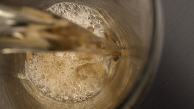 vídeos de stock e filmes b-roll de pouring a beer into a glass on the table. - lager