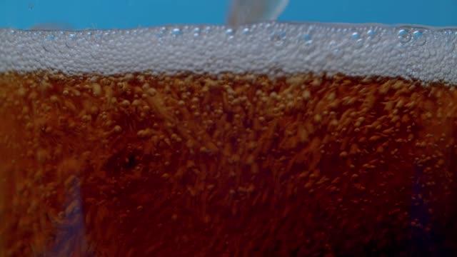 vídeos y material grabado en eventos de stock de verter una bebida carbonatada en un vaso - cola gaseosa