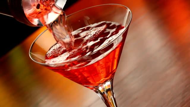 versare una cosmopolita - martini video stock e b–roll