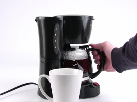 vídeos y material grabado en eventos de stock de ntsc: el vertido de una taza de café - café negro