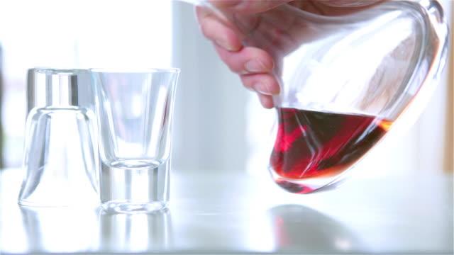 vídeos de stock, filmes e b-roll de servindo um copo de bebida alcoólica - vinho do porto