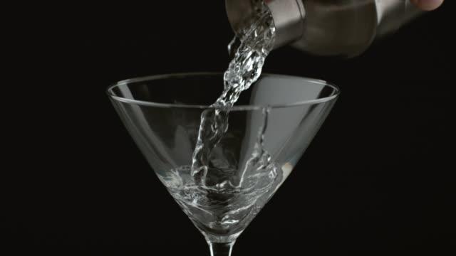 stockvideo's en b-roll-footage met gieten van een martini, slow-motion - martiniglas