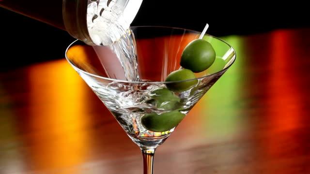 versare un martini - martini video stock e b–roll