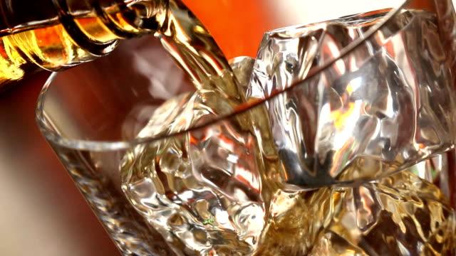 versare un scotch whisky sulle rocce - whisky video stock e b–roll