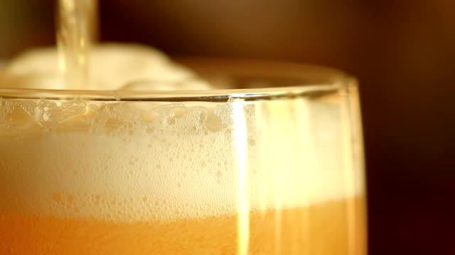 Versare la birra in un bicchiere - video