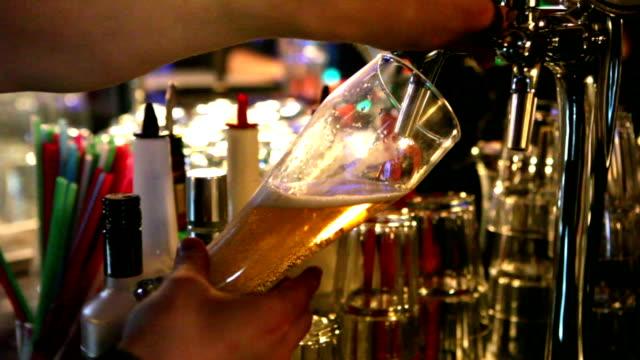 Servindo cerveja - vídeo