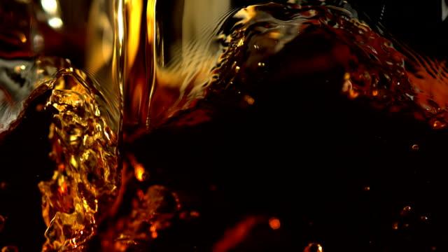 versare marrone liquido, rallentatore - rum superalcolico video stock e b–roll