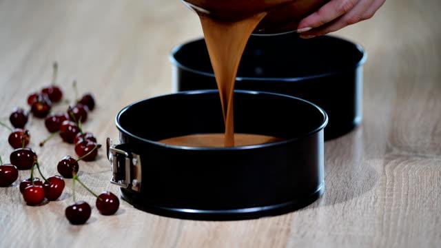 kuchen-mix in die backform gießen. - plus stock-videos und b-roll-filmmaterial