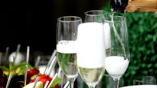festlichen champagner gießen in gläser. bubbles champagner. - champagner toasts stock-videos und b-roll-filmmaterial
