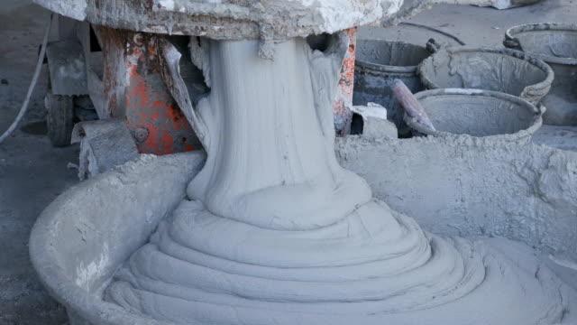 セメントやセメント ミキサーから金属製の盆構造を適用するためにモルタルを注入 - セメント点の映像素材/bロール