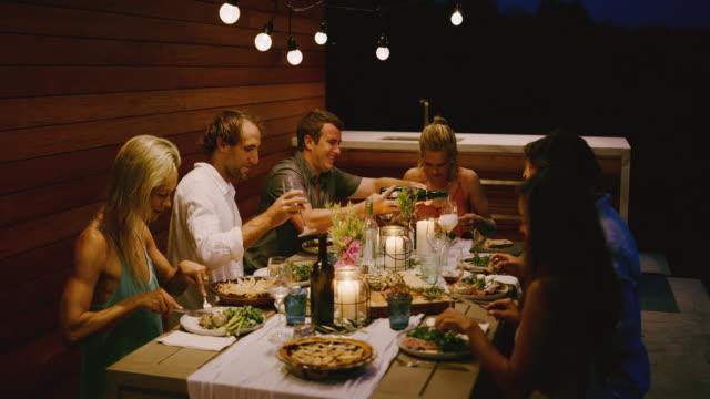 vidéos et rushes de verser du champagne lors d'un dîner - diner entre amis