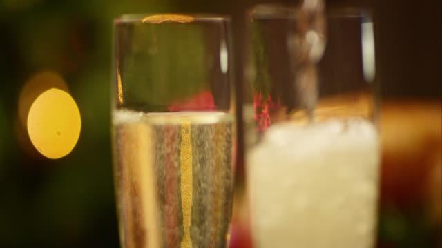 vidéos et rushes de slo, dans le missouri, à verser des verres de champagne sur la table de fête - flûte à champagne