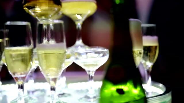 vidéos et rushes de verser dans un verre de champagne - flûte à champagne