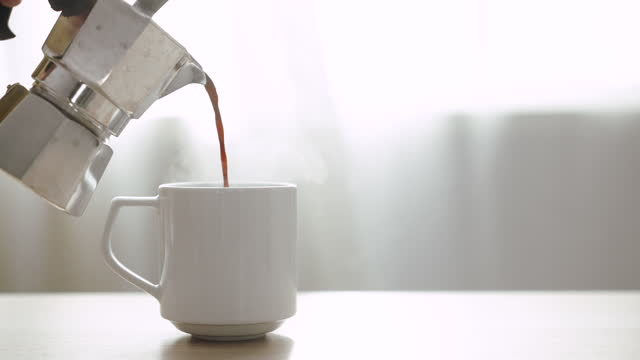 заливка кофе, заливка свежесваренного черного кофе - наливать стоковые видео и кадры b-roll