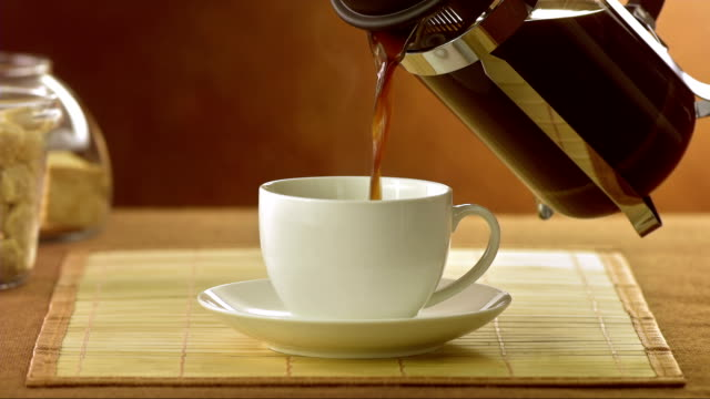 vídeos de stock e filmes b-roll de verter café - coffee table