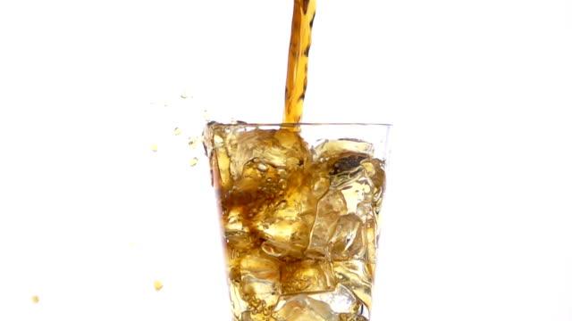 vídeos de stock e filmes b-roll de pouring cola into a glass with the ice cubes. - rum bebida branca