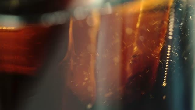 cu: cola soda in ein glas gießen - alkoholfreies getränk stock-videos und b-roll-filmmaterial