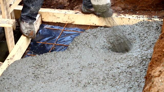 新築の木造住宅にコンクリートを注ぐ。 - セメント点の映像素材/bロール